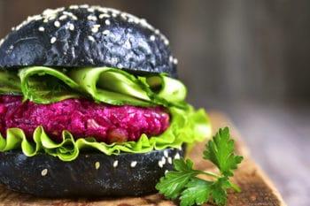Burger Rote beete Patty Black Bun Salat Gurke