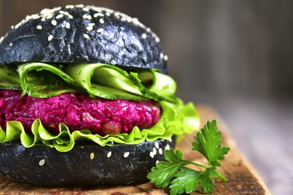 Burger Rote beete Patty Black Bun Salat Gurke