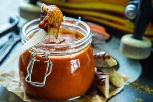 Currywurst mit Ketchup aus der Glas Verpackung Mehrweg