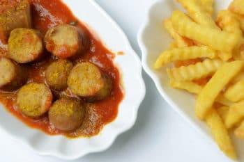 Currywurst Pommes Sauce Schale Snack