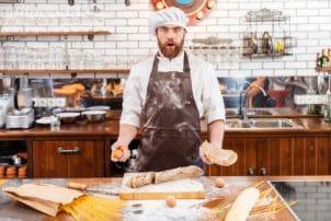 Bäcker schneidet Brot auf | snacocnncetion