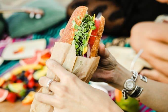Baguette To Go unterwegs essen gesund Papierverpackung
