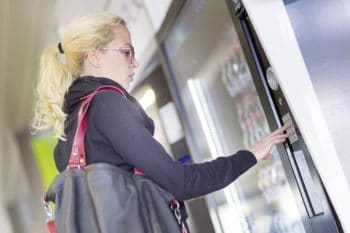 Automatenverpflegung snackautomat frau To Go