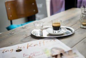 Espresso Tablett Zeitung Café Kaffee