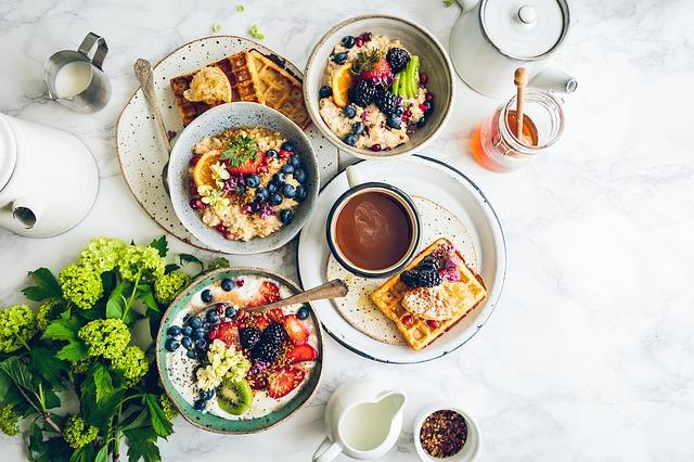 Frühstück gesund Waffel Kaffee Joghurt Salat Obst