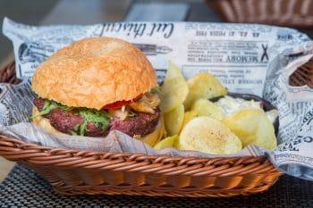Burger mit Kartoffelchips