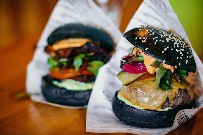 Burger schwarzer Bun in To Go Verpackung