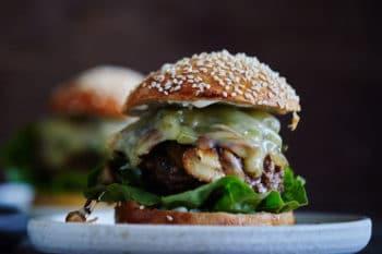 Arla Pro Burger mit Salat und Käse