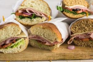 Belegte Sandwiche mit Schinken Papier Verpackungen