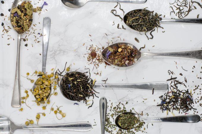 verschiedene Teekräuter im Löffel