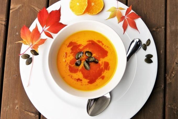 Kürbis Suppe Herbstblätter und Kürbiskernen kalte Jahreszeit