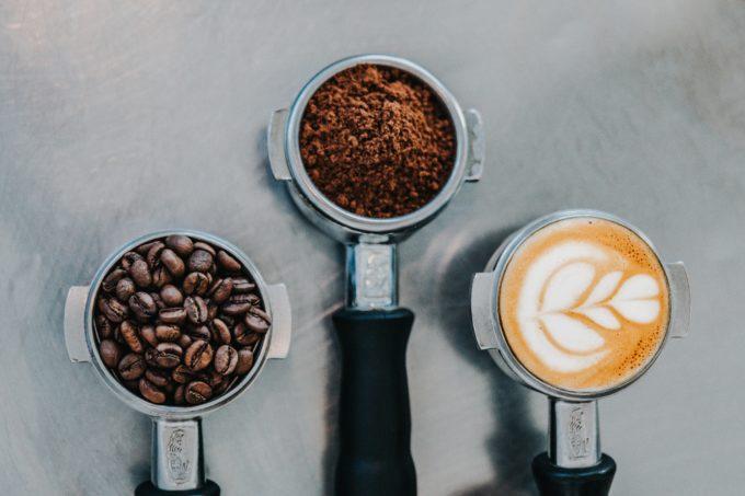 Kaffee ganze Bohnen gemahlen und mit Milch im Siebträger