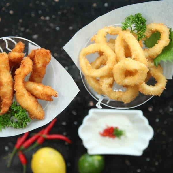 Fingerfoods Zwiebelringe und frittierte Hähnchnestreifen