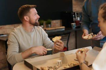 Mann isst eine Pizza