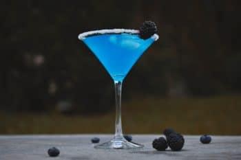 Martini mit Blaubeeren