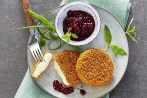 Back-Camembert auf Teller mit Preiselbeeren Alpenhain