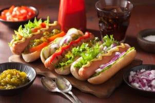 Hot Dog mit Salat und Gurken