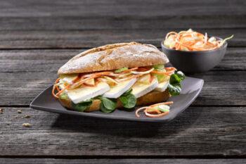 Baguette mit Käse von Alpenhain und Salat / snackconnection
