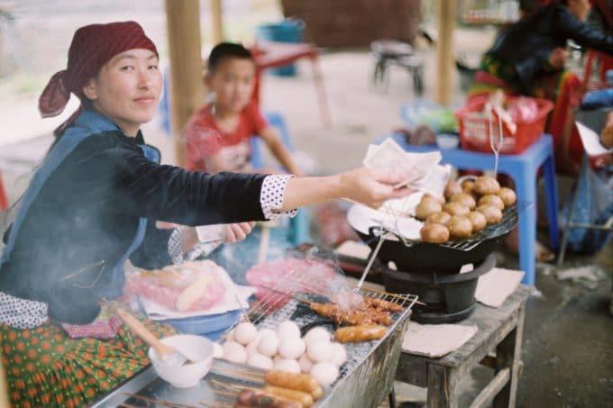 Street Food Stand Frau gibt Rückgeld in Vietnam