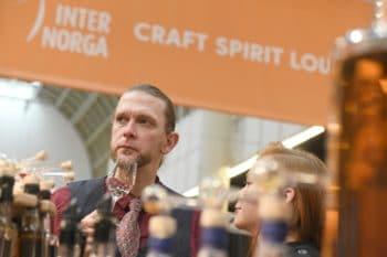 Craft Spirit Lounge Mann hält Wein