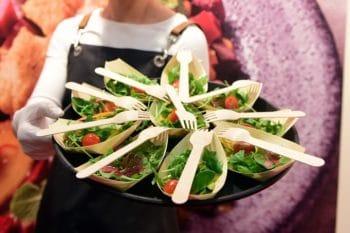Salat in nachhaltiger Verpackung und Besteck