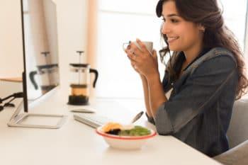 Frau im Büro mit Salat Snack