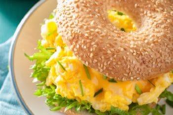 Backwaren-Bagel mit Rührei und Salat