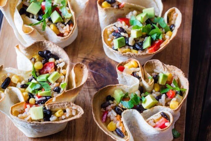 Salat in essbaren Schalen