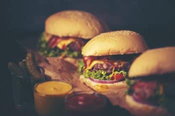 Burger mit Käse und Fleisch