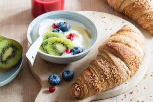 Dinkel Quinoa Croissant mit Joghurt Müsli