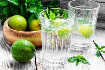 Mineralwasser mit Limetten