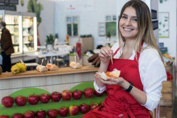 Snack in der Hand von einer Frau Gastro Ivent