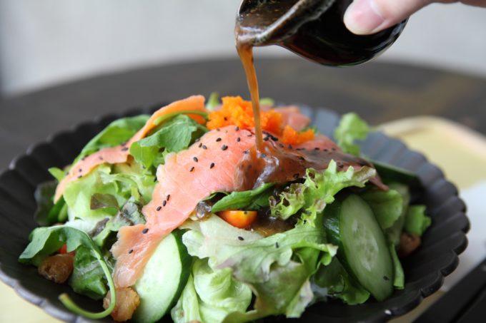 Salat mit Lachs und Balsamico Dressing