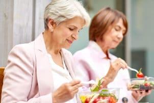 Frauen essen Salat-Snack
