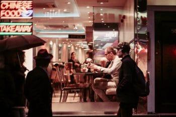 Mann sitzt im Restaurant nachts