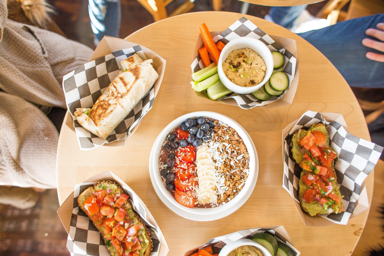 Tisch mit unterschiedlichen Snack Bowl, Burrito & Co