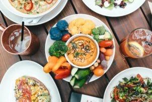 Tisch mit verschiedenen veganen gerichten
