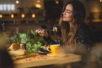 Frau isst gesunden Nudelsalat