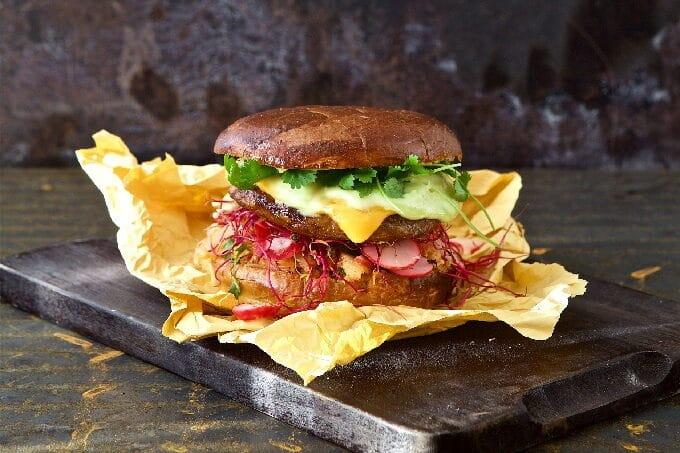 Vegetarischer Burger mit Käse Koriander und Radiesschen