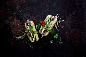 Hot Dog mit Avocado und Salasa