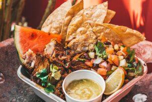 Churrasco Bowl mit Tortilla und Wassermelone