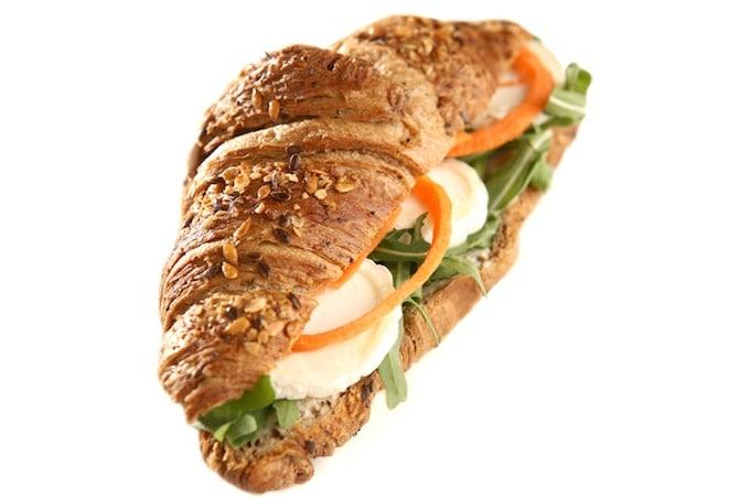 Mehrkorn-Croissant mit Ziegenkäse und Salat