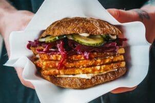 Dänischer Burger mit Rotkohl, Fleisch und Gurken