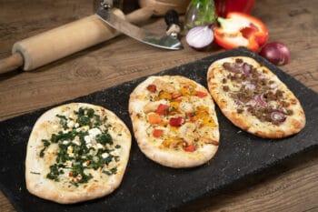 Pala Pizza belegt mit Spinat Tomaten
