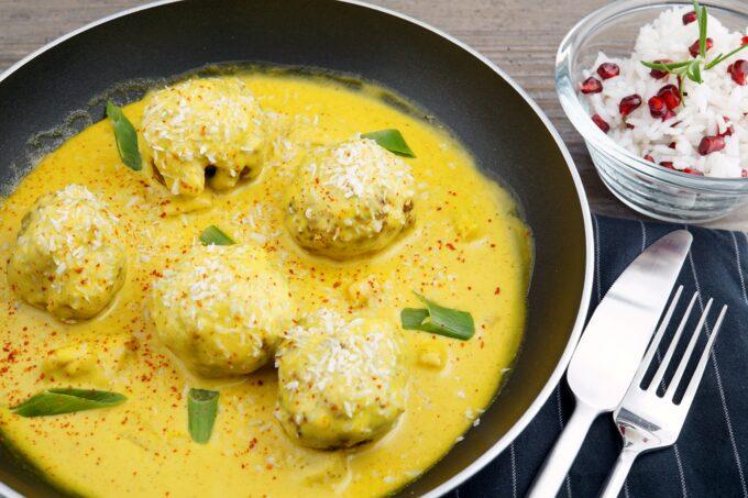 Rinderklößchen in Curryrahm mit Reis