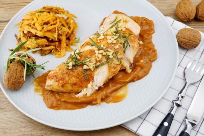 Geflügelfleisch in Zwiebelrahmsauce mit Süßkartoffel