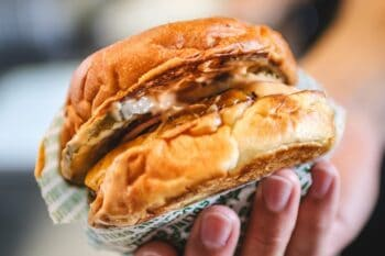 Burger in der Hand Dänemark