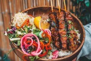 Philippinischer Street Food Fleischspieße mit Salat und Nudeln