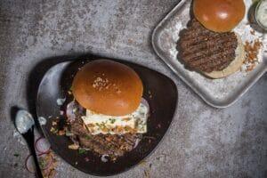 Irish Beef Burger auf einem Teller mit Patty von Vegeta ECF