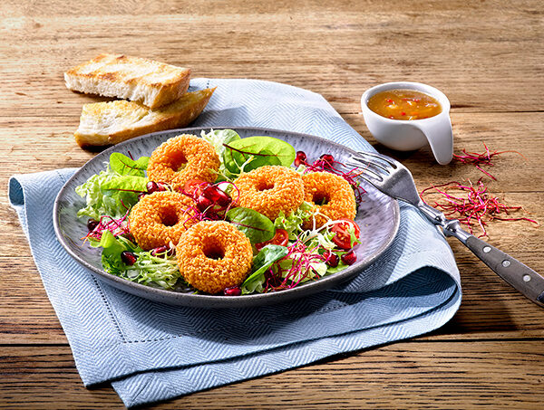 Backcamembert Donuts im Salat mit Dressing